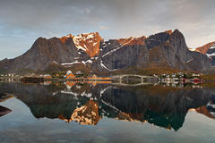 Zonsopgang in Noorwegen met bezinning Royalty-vrije Stock Foto