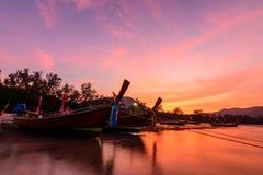 Zonsopgang in ochtend in phuket Thailand met silhouet lang-staart stock foto