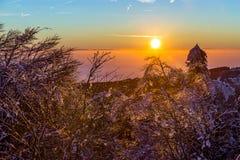 Zonsopgang onder het landschap van de de winter kalme berg met mooi Royalty-vrije Stock Foto's