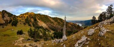 Zonsopgang op bergketen met ontzagwekkende mening Stock Afbeelding