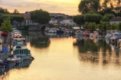 Zonsopgang op Canal du Midi, Castelnaudary, Frankrijk stock foto's