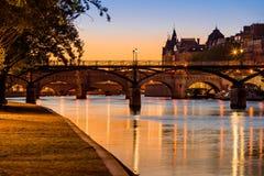 Zonsopgang op de banken en Pont des Arts, Parijs, Frankrijk van de Zegenrivier Royalty-vrije Stock Foto