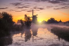 Zonsopgang op de Nederlandse windmolen royalty-vrije stock foto's
