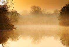 Zonsopgang op de rivier stock foto