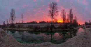 Zonsopgang op de smaragdgroene rivier Royalty-vrije Stock Foto's