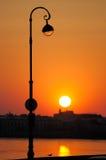 Zonsopgang op de stedelijke kade. Stock Afbeelding