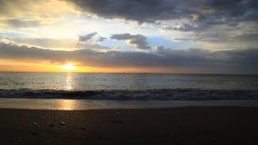Zonsopgang op de tijdspanne van de strandtijd stock footage