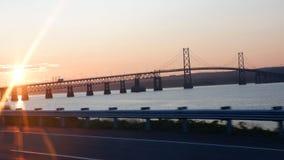Zonsopgang op een brug stock fotografie