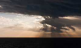 Zonsopgang op een Donkere Overzees stock fotografie