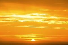 Zonsopgang op een gouden oceaan Stock Afbeelding