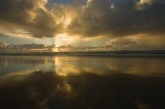 Zonsopgang op een groot oceaanstrand in Australië Stock Fotografie