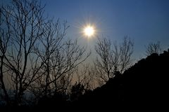 Zonsopgang op een ijzige ochtend Ural, Rusland stock foto
