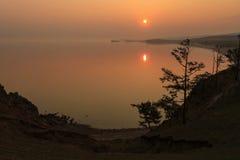 Zonsopgang op het meer Baikal, het gebied van Irkoetsk, Rusland Royalty-vrije Stock Fotografie