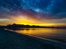 Zonsopgang op het strand Mallorca Alcudia stock foto