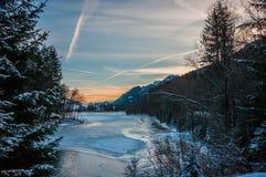 Zonsopgang op ijzig bergenmeer stock foto