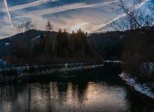 Zonsopgang op ijzig bergenmeer royalty-vrije stock foto's