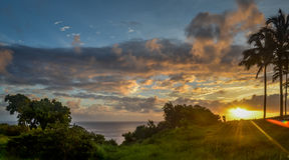 Zonsopgang op Kauai over oceaan Stock Foto's