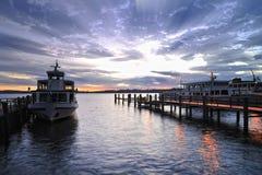 Zonsopgang op meer Chiemsee. Boten op het dok Royalty-vrije Stock Afbeelding