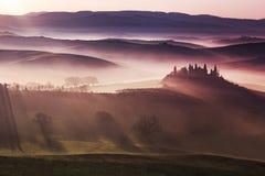 Zonsopgang op mistige heuvels van Toscanië stock fotografie