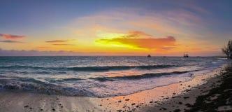 Zonsopgang op oceaankust tropisch landschap Stock Fotografie