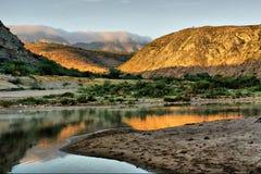 Zonsopgang op ontzagwekkende rivier in bergen Stock Foto's
