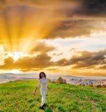 Zonsopgang op schitterende vrouw van de menopauze op heuvel royalty-vrije stock foto's