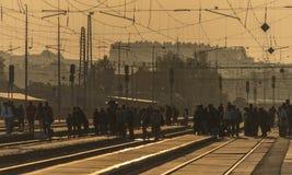Zonsopgang op spoorweg in post stock foto