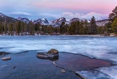 Zonsopgang op Sprague Lake in Rocky Mountain National-park stock foto's