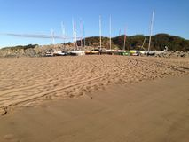 Zonsopgang op strand met varende boten Stock Foto's