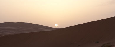 Zonsopgang op zandwoestijn Royalty-vrije Stock Foto's