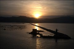 Zonsopgang over aquicultuur van Mosselen in La Spezia stock afbeelding
