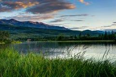 Zonsopgang over bergen in het Nationale Park van Denali in Verenigd Alaska stock afbeeldingen