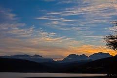Zonsopgang over bergen met cirruswolken royalty-vrije stock foto