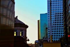 Zonsopgang over cityscape dichtbij de Rivier van Chicago in de Lijn royalty-vrije stock afbeelding