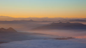 Zonsopgang over de hills Stock Foto
