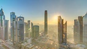 Zonsopgang over de horizon van Doubai in de ochtend, lucht hoogste mening aan oriëntatiepunten de van de binnenstad van het stads stock videobeelden