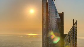 Zonsopgang over de horizon van Doubai in de ochtend, lucht hoogste mening aan oriëntatiepunten de van de binnenstad van het stads stock video