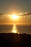 Zonsopgang over de oceaan stock fotografie