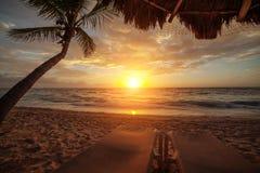 Zonsopgang over de oceaan in Cancun mexico stock afbeelding
