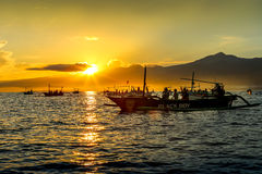 Zonsopgang over de oceaan dichtbij Lovina-strand, Bali Vissersboten i Royalty-vrije Stock Foto's