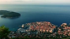 Zonsopgang over de oude muren van de steenstad van Dubrovnik stock footage