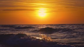 Zonsopgang over de overzeese golven stock video