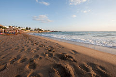 Zonsopgang over een verlaten zandig strand. stock afbeeldingen