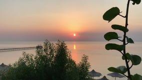 Zonsopgang over het kalme overzees, zonnige weg stock video