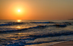 Zonsopgang over het overzees, de rollende kalme golven, zandig strand Royalty-vrije Stock Afbeeldingen