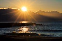 Zonsopgang over het overzees, zon over de wolken in de ochtend Stock Foto's