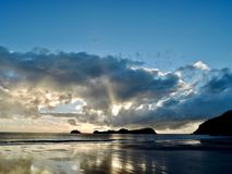 Zonsopgang over het strand in Queensland, Australië stock foto's