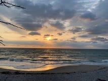 Zonsopgang over het strand stock afbeelding