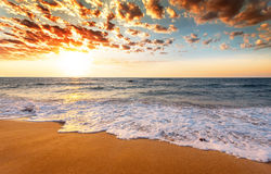 Zonsopgang over het tropische strand royalty-vrije stock foto's