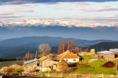 Zonsopgang over klein dorp in Rhodope-Berg bulgarije Royalty-vrije Stock Afbeelding